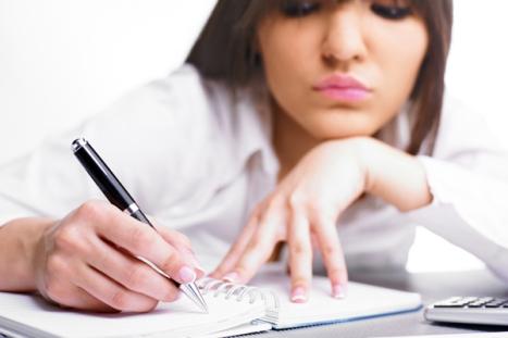 escribiendo mujer